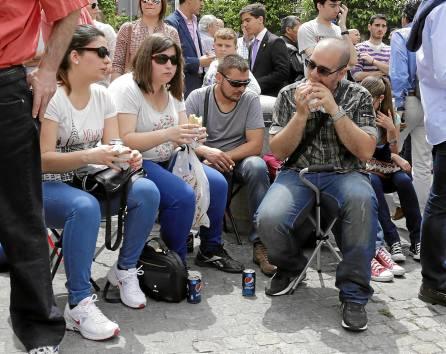 Los bocadillos, las latas de Pepsi y las sillitas plegables se han convertido en un clásico enSemana Santa . / José Luis Montero