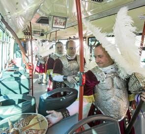 Los armaos fueron llevados por un autobús de Tussam. / Carlos Hernández