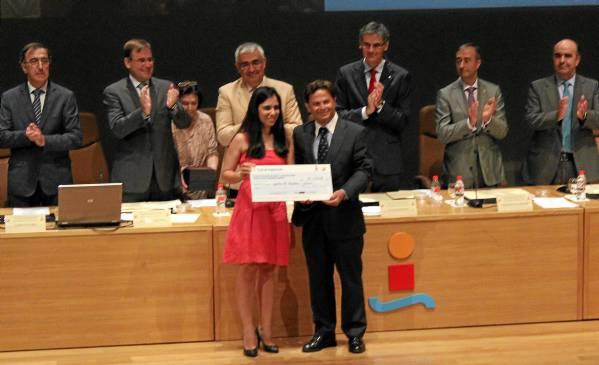 La joven arahalense recibiendo el premio en el día de su graduación en la Universidad de Sevilla. / el correo