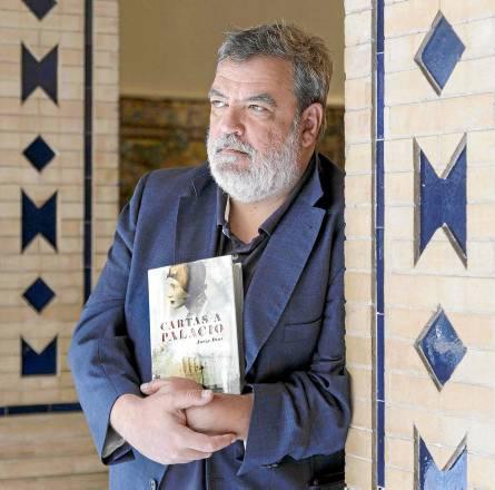 El periodista Jorge Díaz presentó este lunes en Sevilla su novela 'Cartas a palacio'. / José Luis Montero