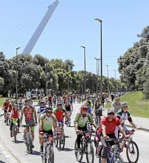 La marcha ciclista, entrando ayer en el Parque del Alamillo. / José Luis Montero