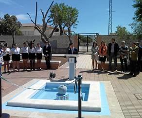 Los alcaldes inauguraron una fuente con el escudo de los pueblos en el patio del IES.