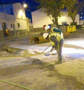 Operarios trabajando en la barriada El Carpio, de Fuentes de Andalucía.