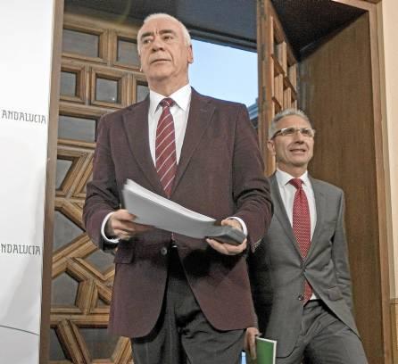 El consejero de Educación, Luciano Alonso, y el portavoz del Gobierno andaluz, Miguel Ángel Vázquez. / Jose Manuel Vidal (EFE)