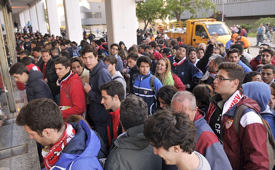 Sevillistas hacen cola para adquirir las entradas puestas a la venta en las taquillas del Sánchez-Pizjuán. (Efe)