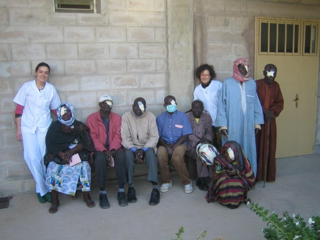Las profesionales de Valme, con algunos de los pacientes operados en Chad.