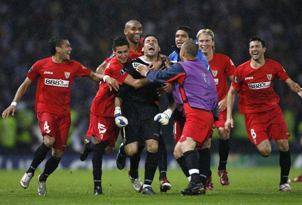 Palop, tras detener el penalti que dio el títúlo al Sevilla en Glasgow.