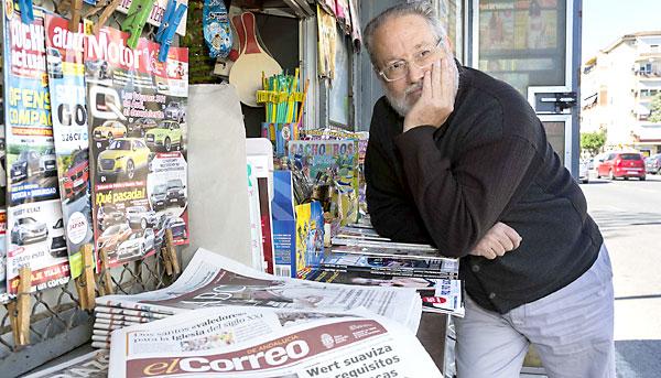 Ricardo Barrero, quiosquero de Ciudad Liria en Parque Alcosa. / José Luis Montero