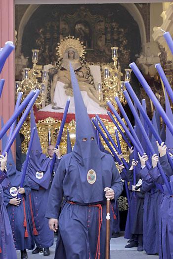 La Virgen de la Piedad y el Cristo de la Misericordia en su paso esperando el momento de la salida. / Pepo Herrera