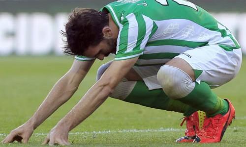 Jordi Figueras lamenta la derrota del Betis en el Camp Nou / Andreu Dalmau (EFE)