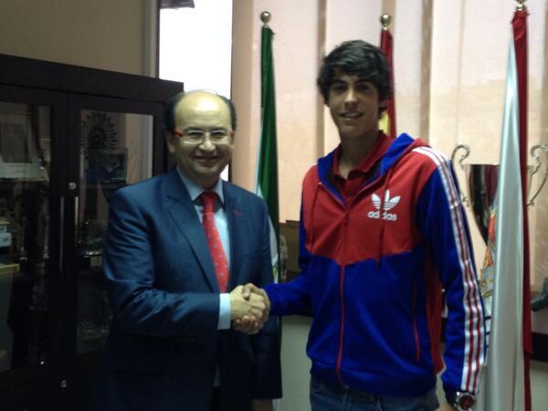 José Castro y Carlos Fernández, tras la firma del contrato. / Sevilla FC