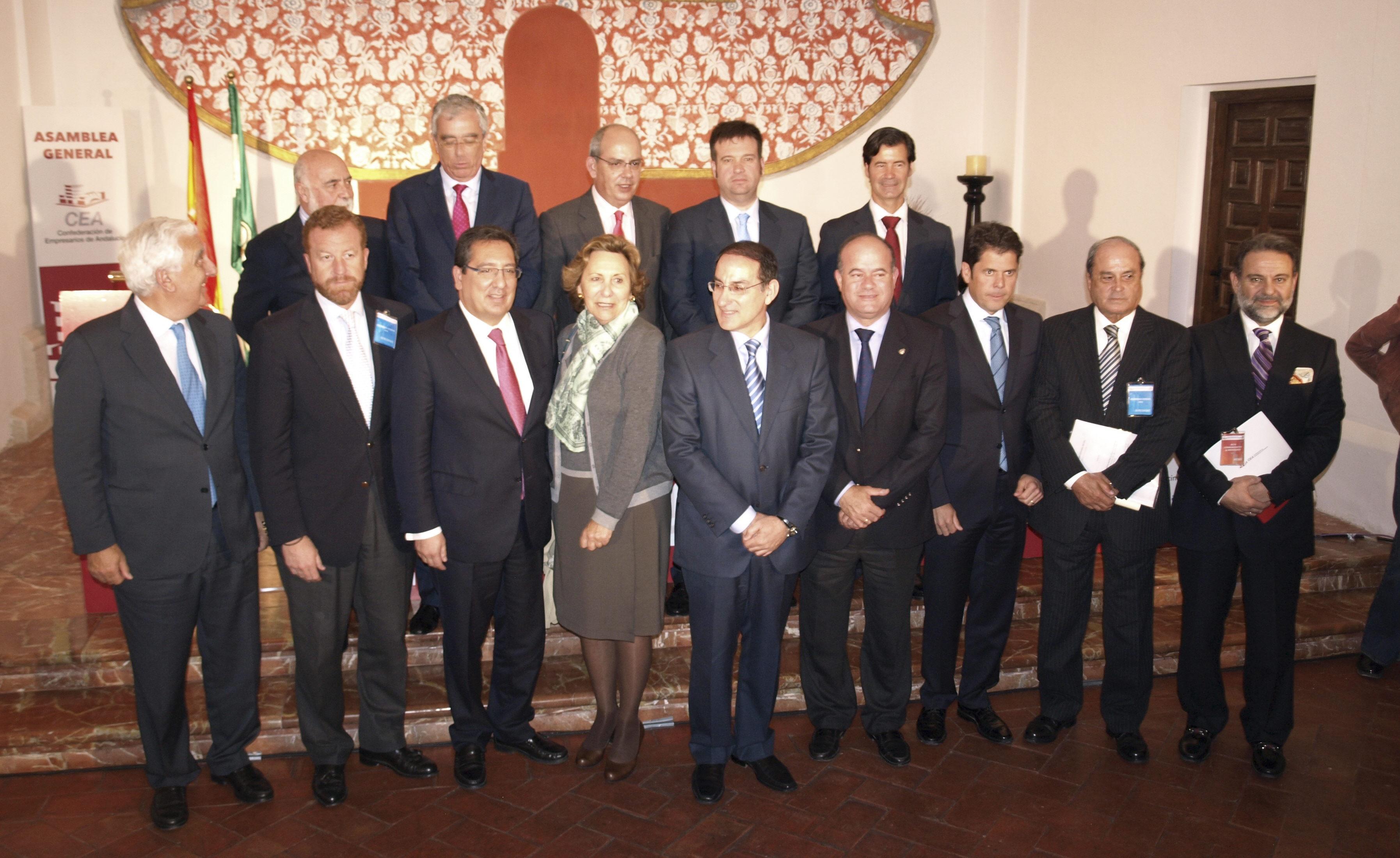 González de Lara posa con los presidentes de las patronales provinciales, Santiago Herrero, Antonio Pulido, Manuel Otero y la viuda de Rafael Álvarez Colunga, entre otros. / EFE