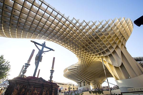 El Cristo de Burgos pasa bajo las Setas de la plaza de la Encarnación ante la expectación de los sevillanos. / Carlos Hernández