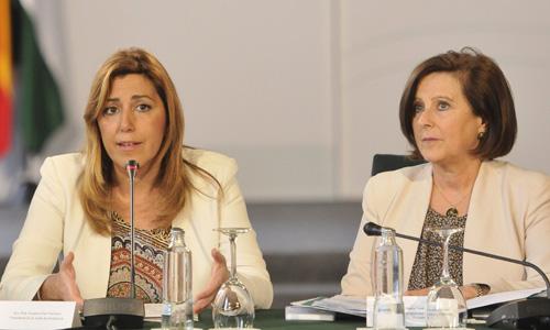 La presidenta andaluza, Susana Díaz, junto a la consejera de Igualdad y Salud, María José Sánchez Rubio. / EFE