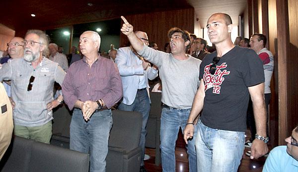 """Dos extrabajadores de la empresa Delphi (derecha) han interrumpido con gritos de """"traidor, traidor"""" el acto organizado por IU en Medina Sidonia (Cádiz). / EFE"""