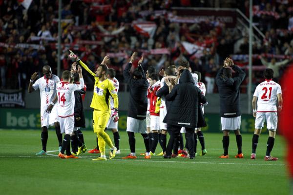 El equipo, agradeciendo a la afición su apoyo (I. Hidalgo).