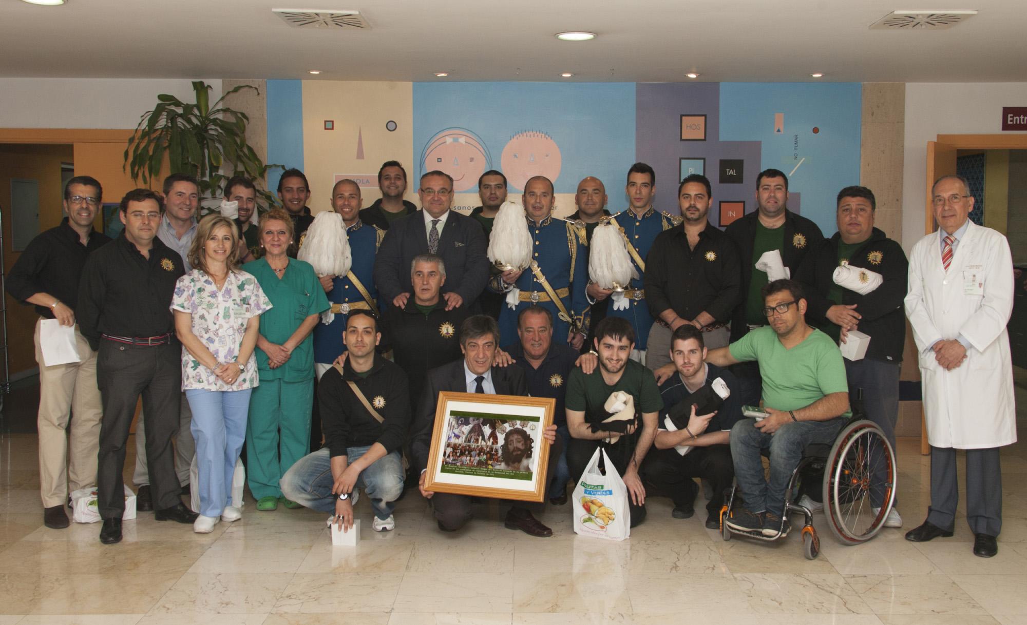 Los hermanos de la Hermandad delSol posan con el equipo del Hospital Virgen delRocío.