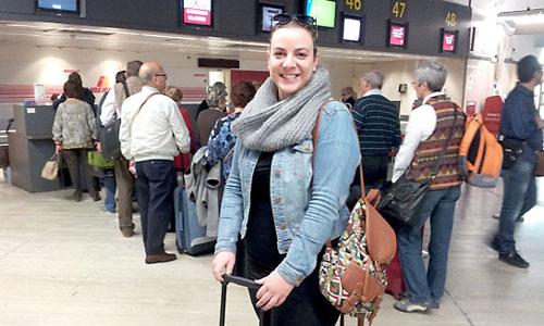 Gisela Soto con su maleta en el aeropuerto de San Pablo en Sevilla, poco antes de embarcar rumbo a Italia para estrenarse con su primer trabajo. / Foto: J. Fernández Jurado