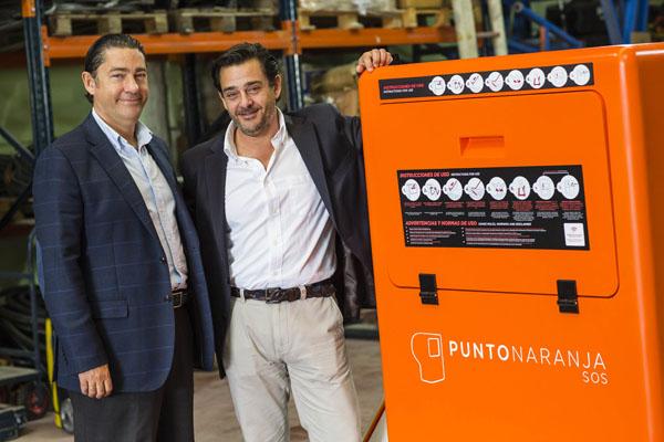 Antonio y Pepe Barrero, con el dispositivo que han inventado para rescatar a ahogados.
