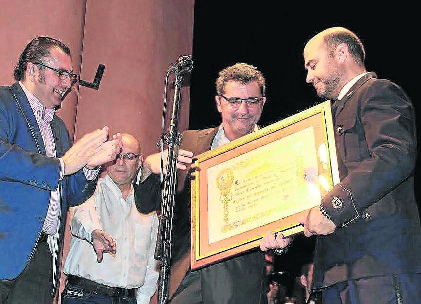 El alcalde de Alcalá, Antonio Gutiérrez Limones, entrega el reconocimiento a la Banda de Música.