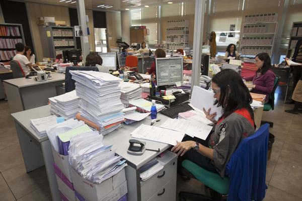 Muchos funcionarios han reclamado ya la extensión de sentencia para lograr la devolución de la extra. / J.M. Espino