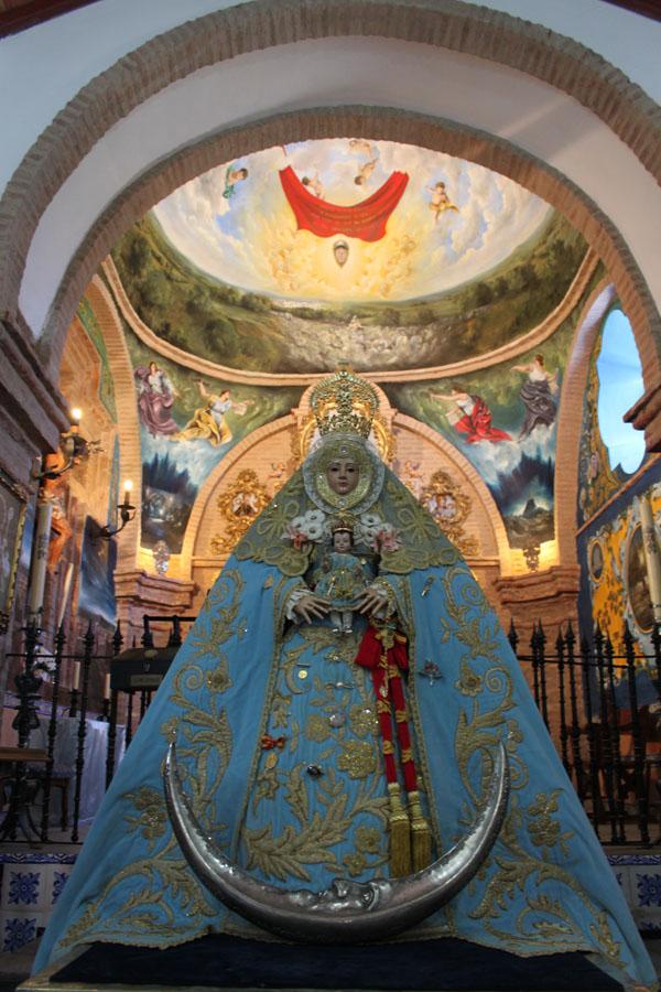 La Virgen de Escardiel preside a la una la función de mayo a las puertas de su ermita en la Sierra de Castilblanco. / Juan C. Romero