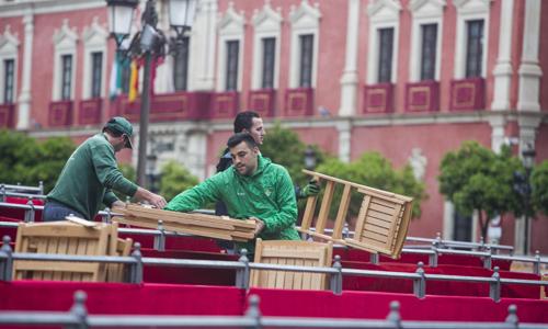 Recogida de las sillas de la Carrera Oficial. / Carlos Hernández