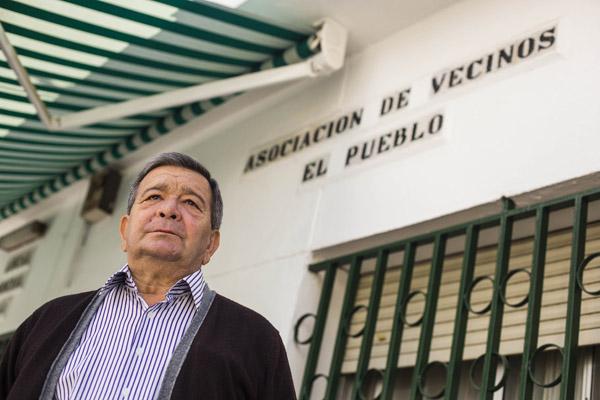 El presidente de la asociación de vecinos El Pueblo, José Antonio Rodríguez, pide la recepción de la barriada El Zodiaco después de 40 años. / Carlos Hernández