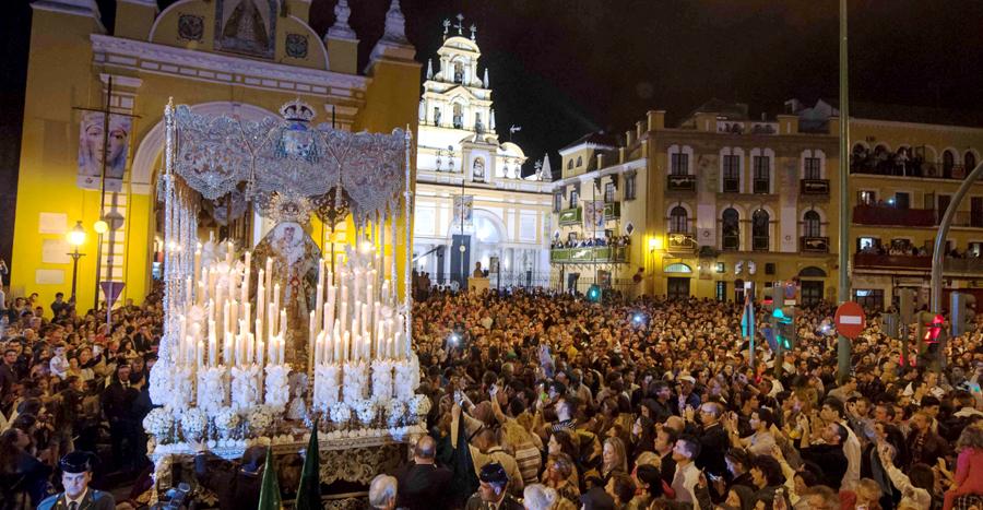 La Virgen de la Macarena por el Arco a su salida. / J.M. Paisano