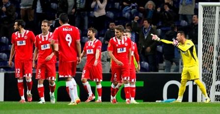 Los jugadores del Sevilla, lamentan el gol encajado. / Ramón Navarro.