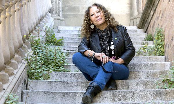 La candidata del PA a la Alcaldía de Sevilla, Pilar Távora, en las escaleras del puente de los Bomberos, en Eduardo Dato. /  FOTOS: José Luis Montero