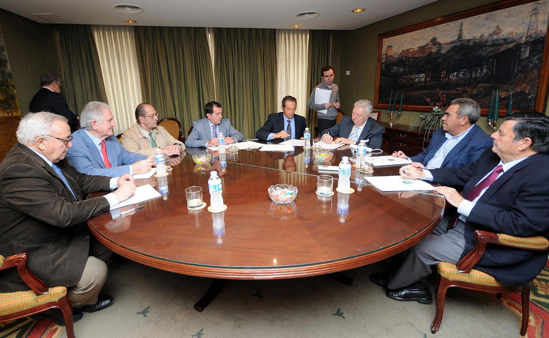 Momento de la firma ante notario de la creación de una sociedad conjunta de seguros agrarios por parte de la Rural del Sur, cooperativas de Sevilla y Asaja de Huelva y Cádiz. / EL CORREO
