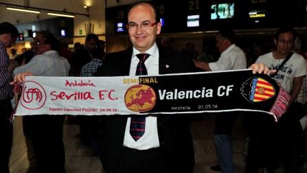 El presidente del Sevilla, José Castro, en el aeropuerto de San Pablo con la bufanda conmemorativa del partido ante el Valencia. / Kiko Hurtado