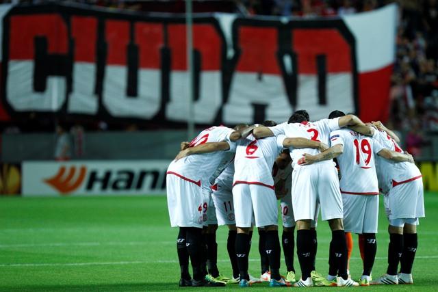 Los jugadores del Sevilla formando una piña antes del partido que jugaron ante el Oporto en el Sánchez-Pizjuán. / Ramón Navarro