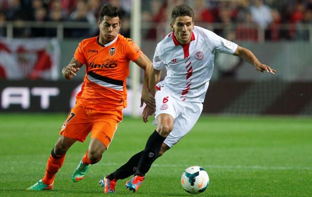 El sevillista Carriço y el valencianista Vargas durante el partido de Liga jugado esta temporada en el Sánchez-Pizjuán. / Ramón Navarro