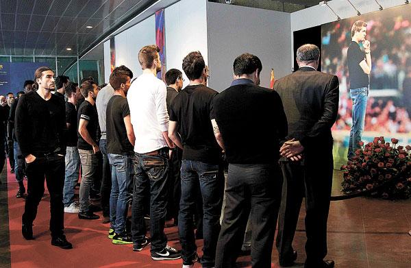 El Barça guardó varios minutos de silenció para rendir tributo al exentrenador. / M. Pérez (EFE)