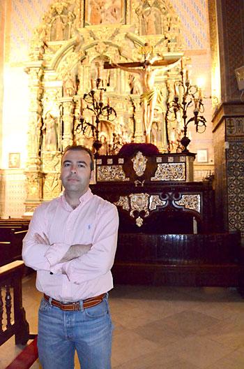Joaquín Jiménez posa junto al Santísimo Cristo del Perdón. / Salvador Criado