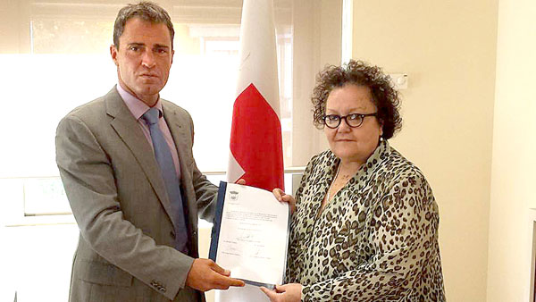 El alcalde de Alanís, Cecilio Fuentes, y la presidenta de Cruz Roja, Amalia Gómez, han suscrito el acuerdo. / Juan C. Romero