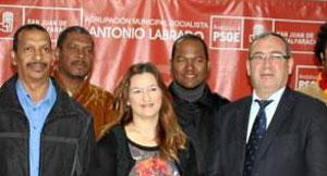 El alcalde, Fernando Zamora, y el nuevo concejal, Bienvenido Roselló. / Foto: El Correo