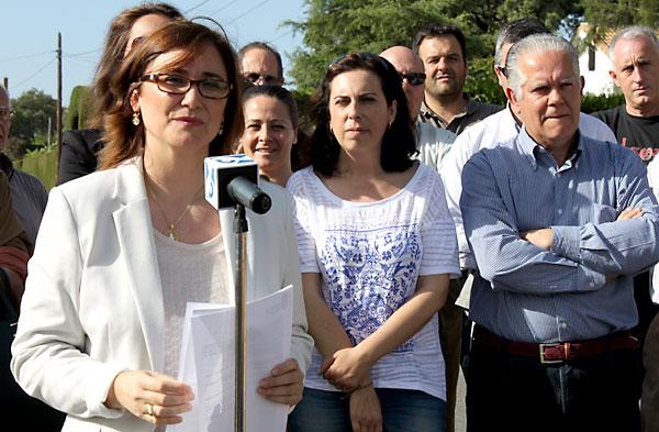 La alcaldesa, Margarita Gutiérrez (PSOE) anunció su renuncia y la de otros dos ediles ante la vivienda de la urbanización Los Zarzalejos que motivó la sentencia. /J. C. Romero