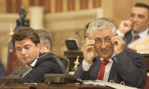El delegado de Urbanismo, Maximiliano Vílchez, se coloca bien las gafas durante un pleno del Ayuntamiento. / Foto: J.M. Paisano