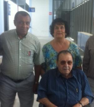 Américo, sentado en sillas de ruedas, posa junto a Ben Barek durante una visita a la Rosaleda en 2012 / Málaga CF