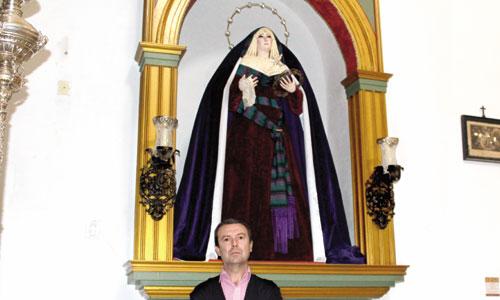 Antonio Ruiz se retrata junto a la hermosa Virgen de los Dolores, titular mariana de la cofradía de La Humildad. / Foto: Bernardo Ruiz