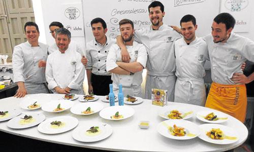 Los participantes posan orgullosos de sus creaciones gastronómicas. / Foto: J.C.