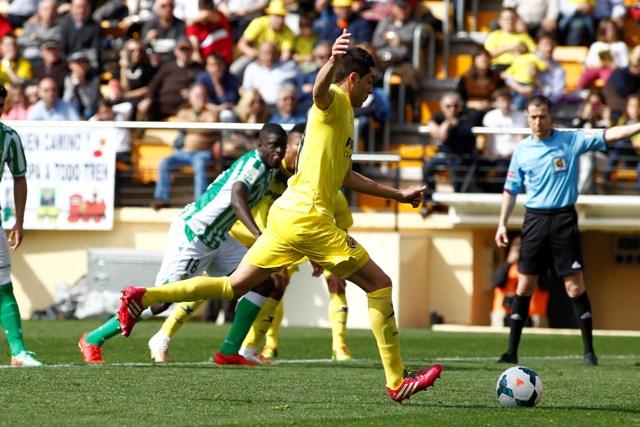 Iglesias Villanueva, al fondo, ve cómo Bruno lanza el penalti que sólo vio él en el Villarreal-Betis / Carme Ripollés