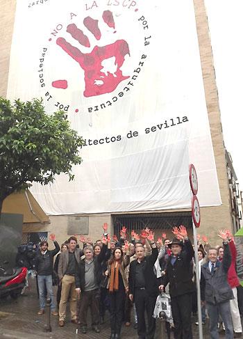 Ángel Díaz del Río y un grupo de arquitectos, ayer, contra la nueva ley. / El Correo