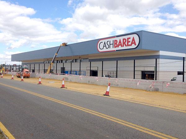 Exterior de las nuevas instalaciones de Cash Barea en Palomares del. Río. / E.P.