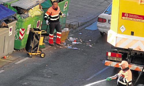 Dos operarios de Lipasam realizan tareas de limpieza y recogida. / Foto: Estefanía González
