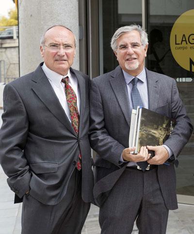 Rafael Reyes, con el doctor Berthier, en una visita a la Gota CEM. / José Luis Montero