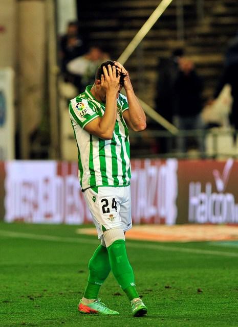 Rubén Castro se lamenta tras fallar el penalti contra el Málaga / Kiko Hurtado